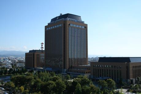 左から石川県警本部、石川県庁、議事堂
